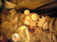 山積み金貨の近く